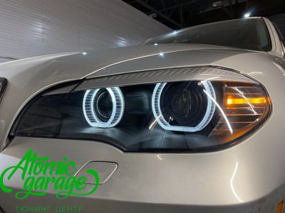 BMW X5 E70, замена линз на Bi-led Diliht Triled + кольца F-style - фото 17